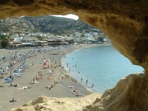 Vista della spiaggia di Crete attraverso le rocce
