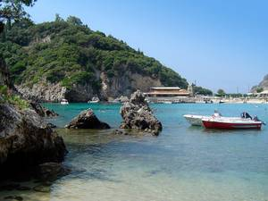 Barche in una baia a Corfù