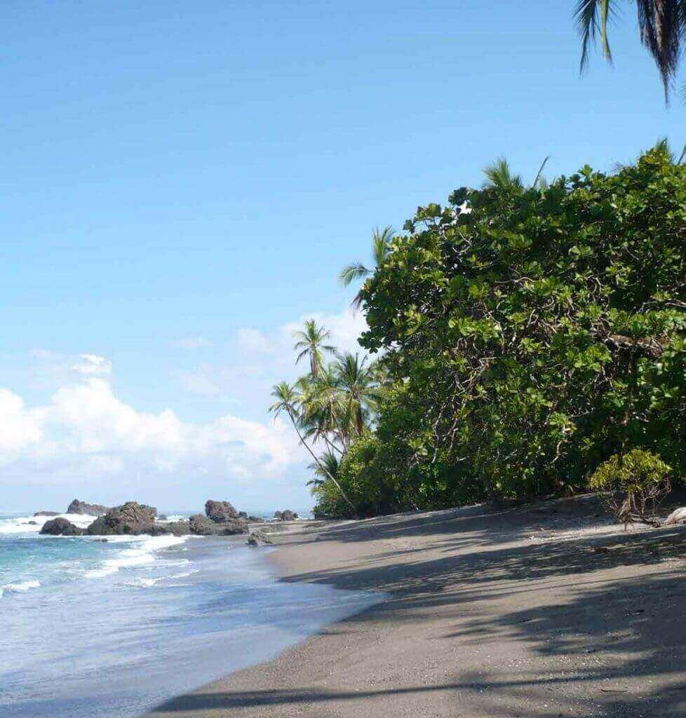 sable noir sur la plage du Costa Rica