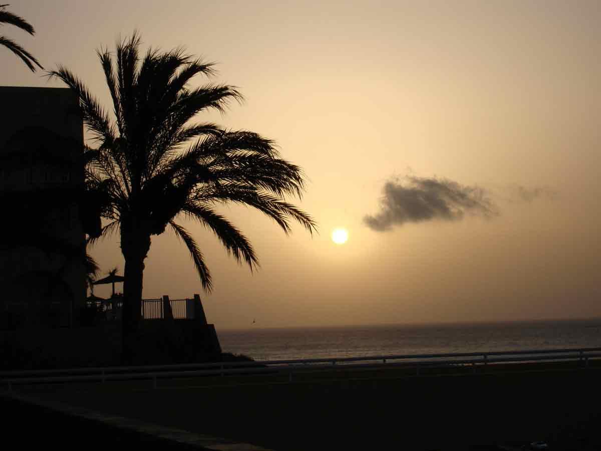 Coucher du soleil de Fuerteventura avec un petit nuage