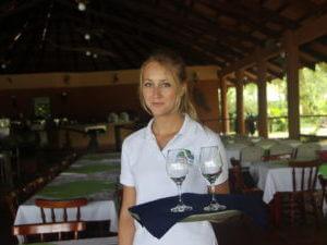 Praktikantin arbeitet im Restaurant